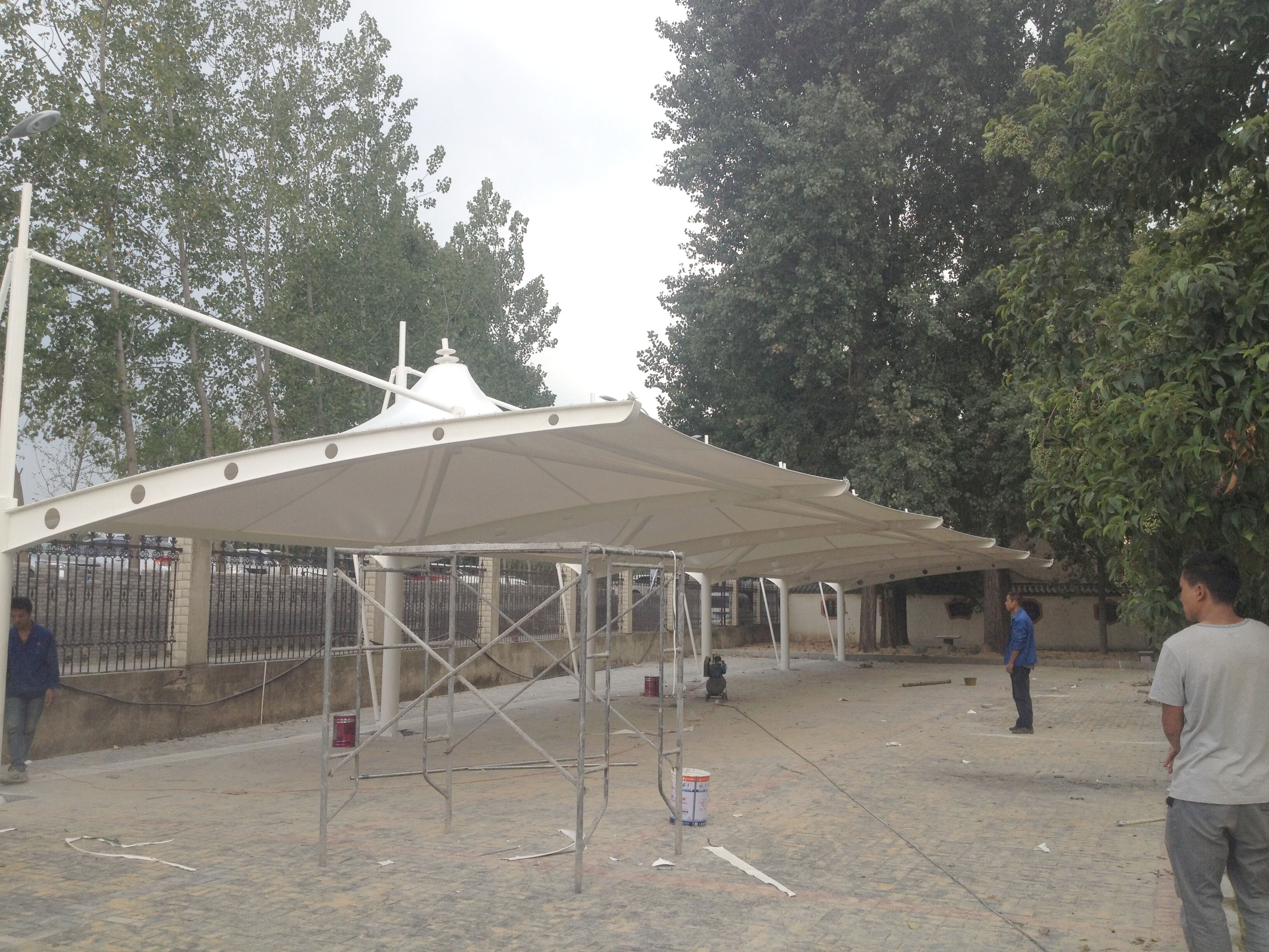 采用主框架与部分结构同步安装施工